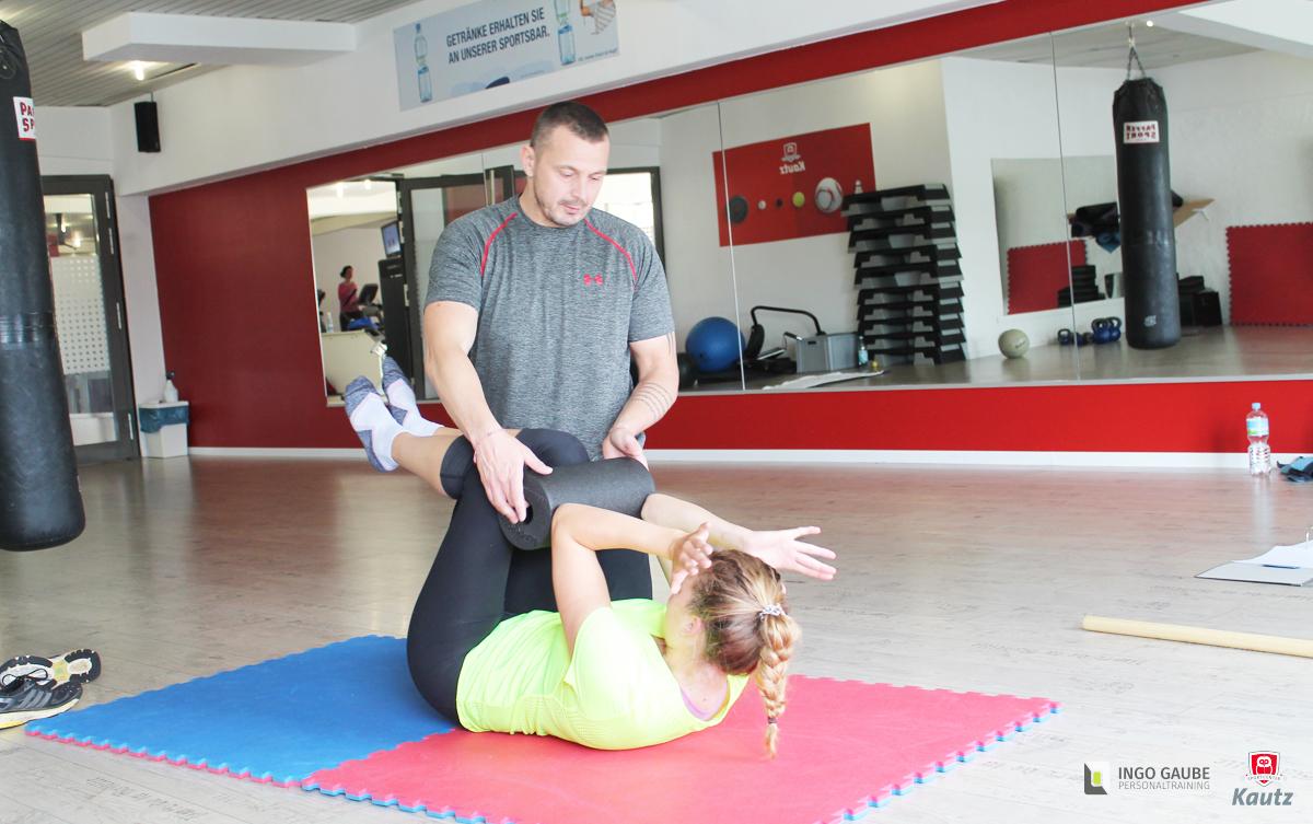 Ingo Gaube Personaltrainer in Köln trainiert zwei Bundesliga Hockey Spielerinnen um Ihre Mobilität und Stabilität zu verbessern.